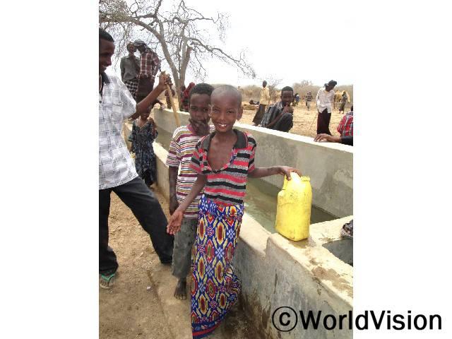 """""""가까운 곳에 물이 생겨서 좋아요. 이제 물을 길으러 다니지 않아도 되고 더 많은 시간을 교실에서 보낼 수 있게 될 거예요."""" 마핫(8세)은 말했습니다.년 사진"""