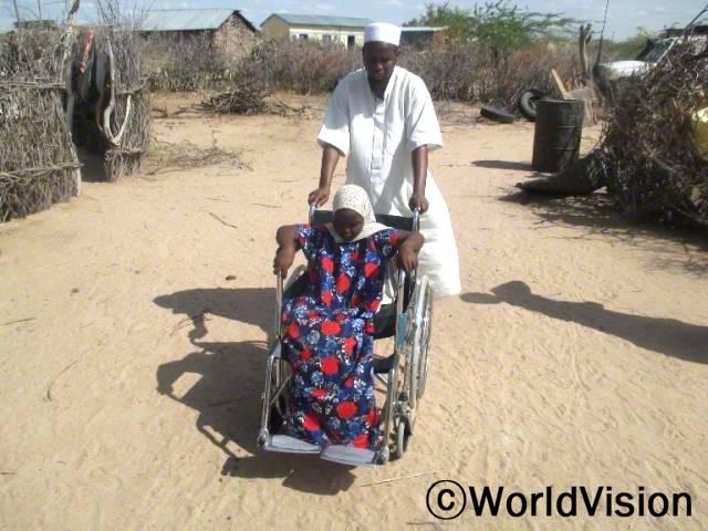 월드비전 직원이 장애 아동에게 휠체어 사용법을 알려주고 있습니다. 월드비전은 장애 아동 5명에게 휠체어를 지원하였습니다.년 사진