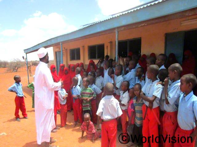 카루초등학교 학생들이 교육의 중요성을 설명하는 월드비전 직원의 말을 집중해서 듣고 있습니다.년 사진