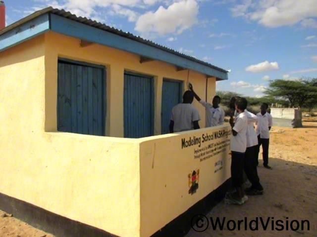 아동들은 화장실을 이용하기 위해 먼 거리를 걸어가야 했습니다. 새로운 위생시설은 저희 학교에서 인기가 높답니다. -파라, 교사년 사진