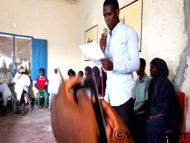 아프리카 어린이의 날/ 한 아동이 아프리카 어린이 날을 기념하는 행사에 나와 발표를 하였습니다. 월드비전은 아프리카 어린이날을 축하하는 행사를 지역주민들과 가졌고,또한 라디오를 통해 아동들의 권리를 강화할 수 있는 방법에 대한 토론을 진행하였습니다.년 사진
