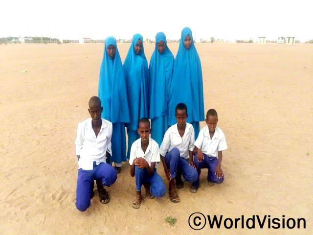 아동의회는 아동권리를 옹호하며 정부를 대상으로 아동문제에 대한 의견제안을 합니다. -모하마드(16세), 왼쪽에서 첫 번째 흰색 셔츠를 입은 아동년 사진