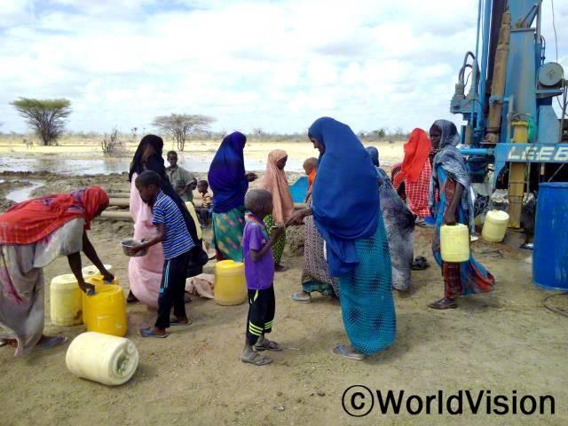 우리는 가뭄으로 다 말라버린 연못에서 물을 구해야했어요. 하지만 이제는 깨끗한 물을 얻을 수 있게 되었습니다. -하밀라, 파란옷을 입은 여성년 사진