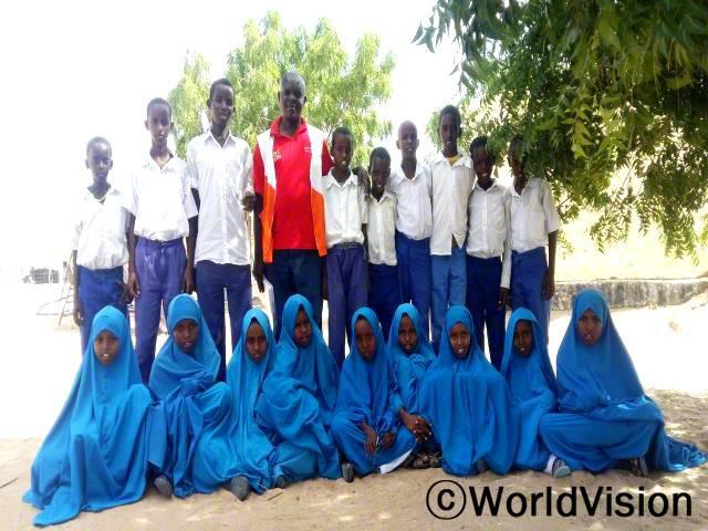 케냐 와지르 지역개발사업장 팀장 조셉 에게사 씨와 지역사회 아동들입니다.년 사진