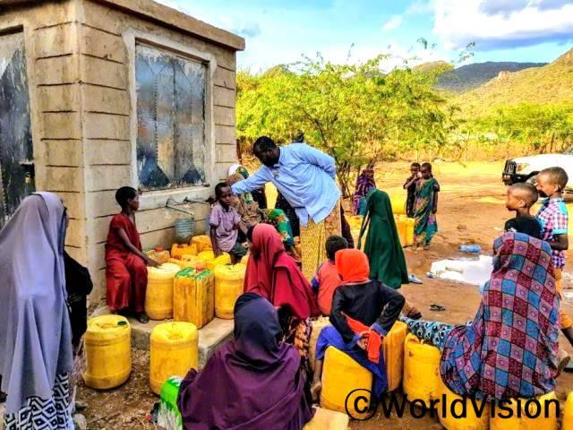 """월드비전은 마을에 여러 개의 수도시설을 설치하였습니다. """"전에는 물을 길으러 먼 길을 걸어가야 했는데 월드비전의 도움으로 수도시설이 생긴 덕분에 언제든지 깨끗한 물을 마실 수 있게 되었어요."""" –하싼(13세)년 사진"""