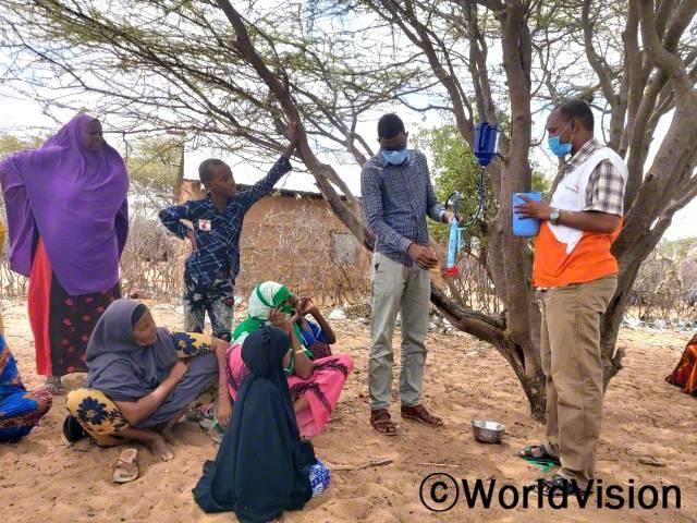 """""""월드비전의 도움으로 휴대용 정수 여과기와 치료 장비를 지원받아 가축과 야생동물에게 물을 줄 수 있게 되었습니다. 덕분에 마을 주민들은 콜레라와 같은 수인성 질병에 걸리지 않게 되었답니다."""" –하밀마(53세)년 사진"""