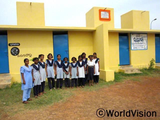 """""""생리기간이면 학교를 가지 못해 마음이 좀 그랬는데 이제는 그럴 걱정이 없어요. 월드비전이 학교에 깨끗하고 위생적인 여자화장실을 만들어 주었거든요."""" 쿠수마(15세)의 말입니다.월드비전은 8개 학교에 화장실을 만들고 4개 학교 화장실을 개조했습니다. 덕분에 현재 8600명의 학생들이 깨끗한 화장실을 사용하고 있습니다.년 사진"""