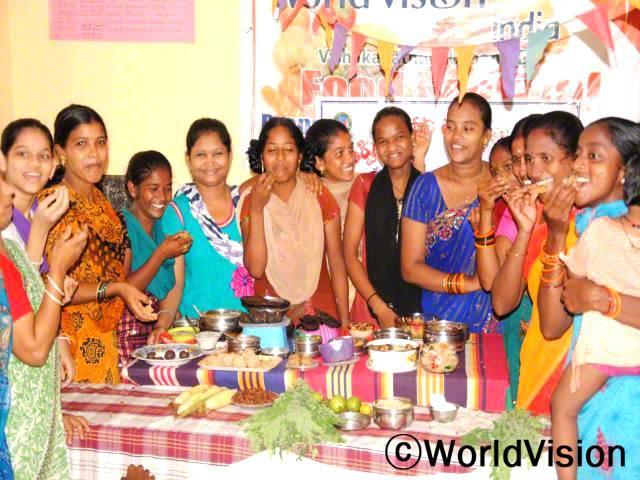 임산부 또는 어린 아이들이 있는 여성들에게 건강 및 영양교육은 매우 중요합니다. 저희 마을은 아동에게 항상 중점을 둡니다. -파라산티, 왼쪽에서 두 번째 여성년 사진