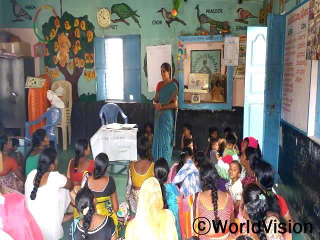 저희 마을에는 많은 변화가 있었습니다. 임산부와 어머니들은 영양과 건강에 대해 배웁니다. 마을 보건소에는 이제 올바른 시설이 갖추어졌습니다. -쿤티, 교사년 사진