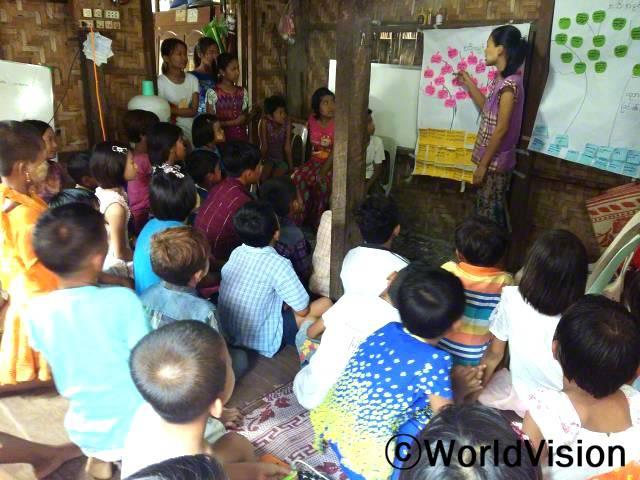 개학이 다가오면서, 저희 아동 그룹의 회원들은 우리 마을의 다른 아이들을 초대하여 교육의 중요성에 대해 공유하였고, 아이들은 열심히 공부하겠다고 약속하였습니다.년 사진