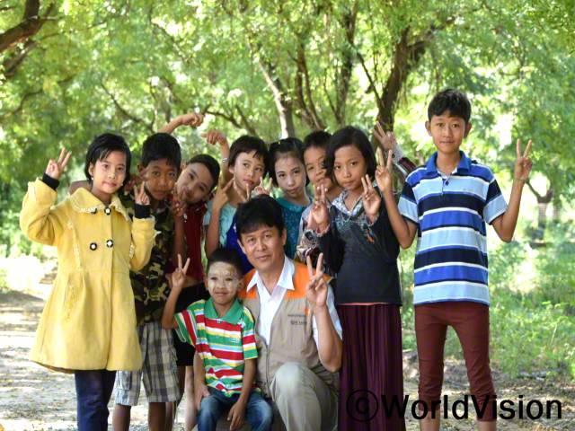 미얀마 피지다곤 지역개발사업장 팀방 사이 자우 문 씨와 지역사회 아동들의 모습입니다.년 사진
