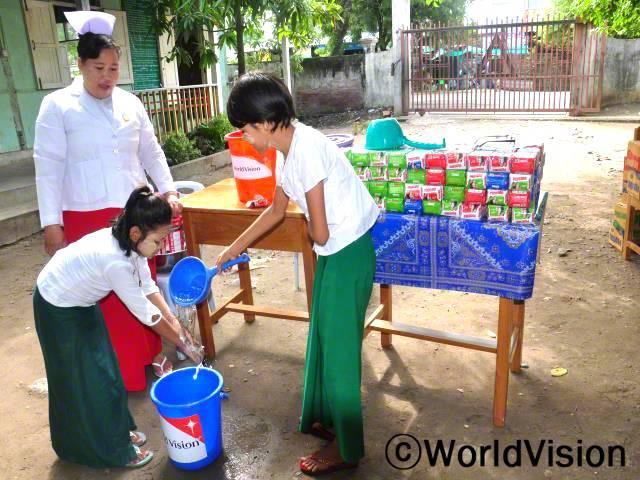 아동들은 식사하기 전이나 청결 유지를 위해 손 씻는 습관이 없었어요. 그러나 학교에서 비누를 이용해 손 씻는 모습을 보여주고 나서는 아이들이 위생습관을 잘 지키고 있어요. -온마(엄마이자 간호사)년 사진