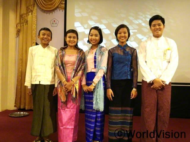 표오(오른쪽에서 두 번째)와 친구들은 아동 포럼에서 발표자로 서게 되어 행복해요.년 사진