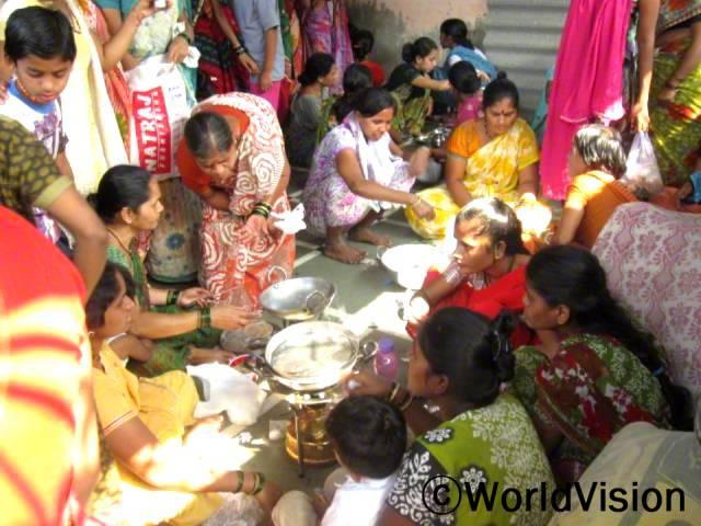 영양교육과 요리실습어머니들이 자녀를 위해 영양가 있는 식단을 준비할 수 있도록 요리실습을 합니다.년 사진
