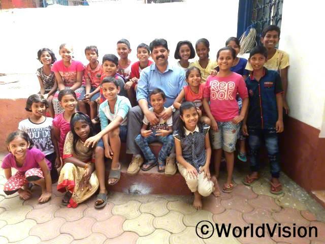 인도 뭄바이 이스트 지역개발사업장 팀장 모세 니르말 씨와 지역사회 아동들입니다.년 사진
