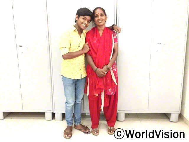 마하비르(노란색 셔츠)는 어머니를 롤모델로서 자랑스러워 해요.년 사진