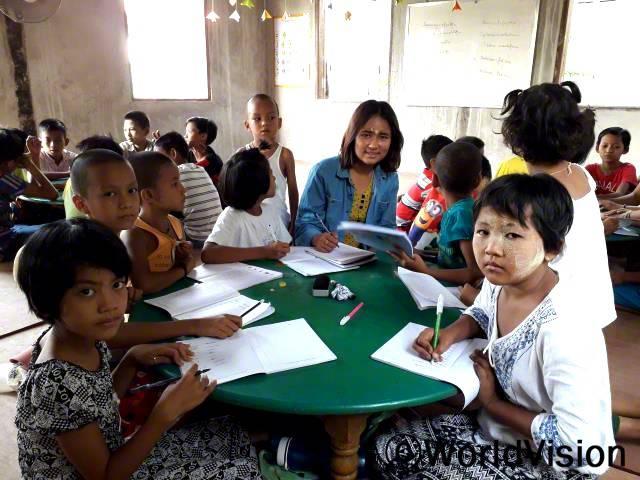 지역주민센터에서 영어로 읽고 쓰는 걸 배우고 있어요. 영문법 수업을 들으면서 여름 방학을 잘 보낼 수 있어 정말 좋아요.- 닌(11세, 맨 오른 쪽에 흰색 블라우스를 입은 아이)년 사진