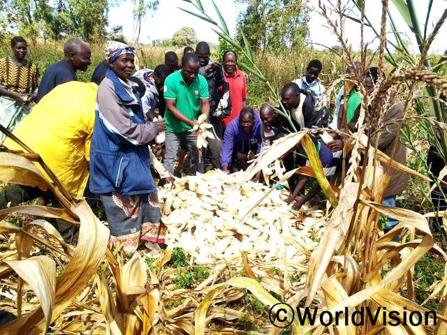 새로 배운 농사법 덕분에 농작물 수확량이 늘었어요. 우리는 수확물을 보존하는 방법도 배웠답니다. - 마달레다, 마을 주민(맨 왼쪽)년 사진