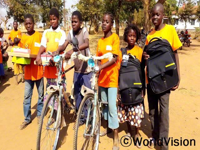 아동 인권 캠페인은 여자 아이들이 어린 나이에 결혼을 하는 대신 학교에 남아 공부하는 것을 장려했어요. 여자들이 교육 받을 수 있다는 사실은 참 기쁜 일이에요. - 루페, 11세(오른쪽에서 세 번째)년 사진