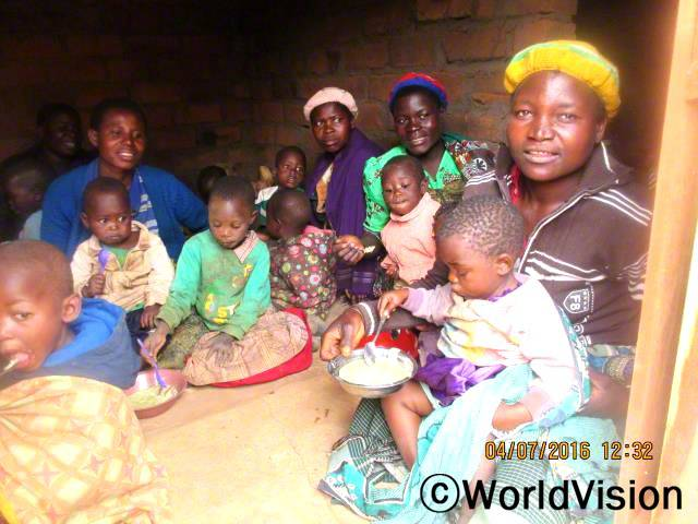 저의 아이는 건강 상태가 매우 나빴어요. 다른 엄마들과 함께 영양 결핍 아이들을 위해 죽을 만들게 되었고 이제 저의 아이는 건강해졌답니다. - 에스텔리아, 엄마(맨 오른쪽)년 사진
