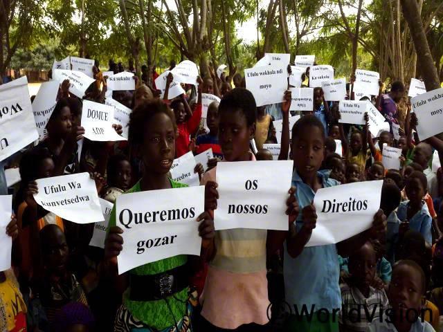 어린이들이 국제 어린이날을 기념하고 있습니다. 아이들은 그들의 권리를 주장했습니다. 이 행사는 월드비전의 지원을 받았고 어린이들이 이끌었습니다.년 사진