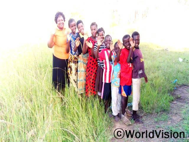 모잠비크 도무에 지역개발사업장 팀장 머시시 펠릭스 챠레드제라 씨와 도무에 지역사회 아동들의 사진입니다.년 사진