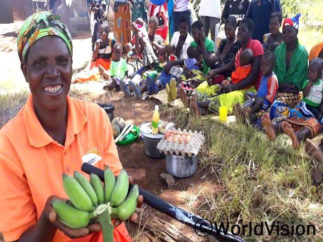 우리는 마을 어머니들에게 영양가 있는 음식 만드는 법을 가르쳐요.아이들이 영양실조에 걸리지 않고 건강하게 잘 자랄 수 있도록 어머니들을 지원하고 있어요.- 올린다년 사진