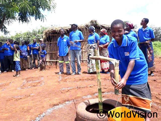 위생관리 교육에 참여해서, 마을 주민들에게 대나무 펌프를 이용해 손 씻는 법을 시연했어요.또 질병을 예방하려면 손을 잘 씻어야 한다는 것도 배웠고요. - 클라라(13세)년 사진