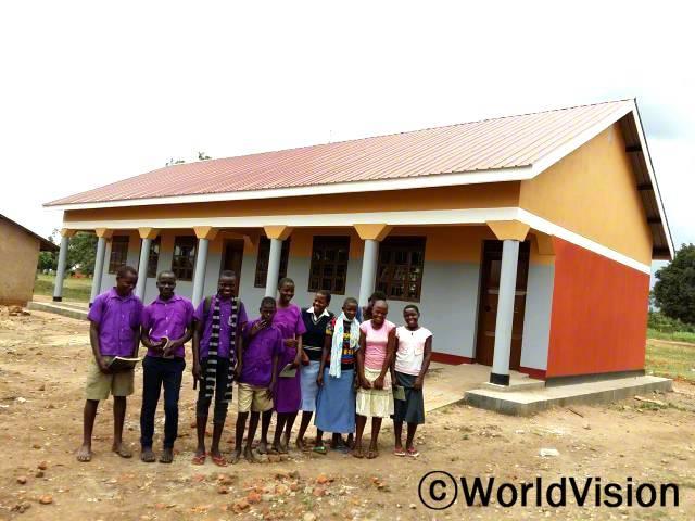 우리를 위해 교실을 만들어주셔서 감사해요!  7명의 초등학교 아동들이 말합니다. 월드비전이 교육적 지원으로 공부할 수 있는 교실을 만들었습니다.년 사진