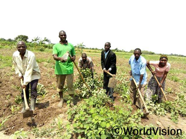 월드비전의 믿음을 기반으로 카총가 작업장의 지도자들은 마을의 생계와 탄력적인 공동 농업을 시행하여 아이들과 가족이 풍족하게 살수 있는 충분한 식량을 확보하였습니다.년 사진