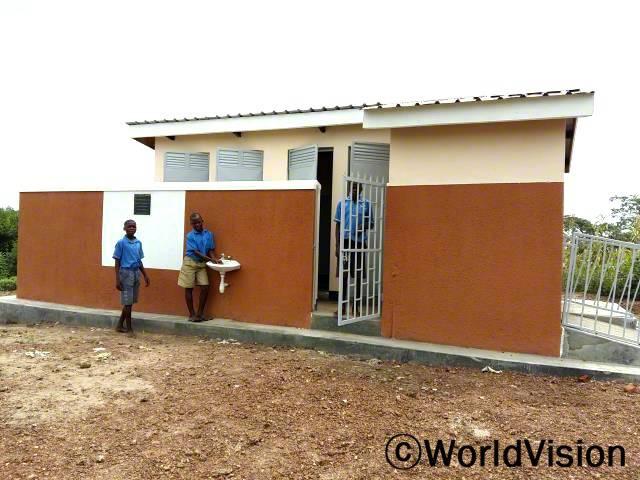 건강과 위생을 증진시키기 위해 월드비전이 건설한 위생시설과 세면대를 사용하는 학생들의 모습입니다.년 사진