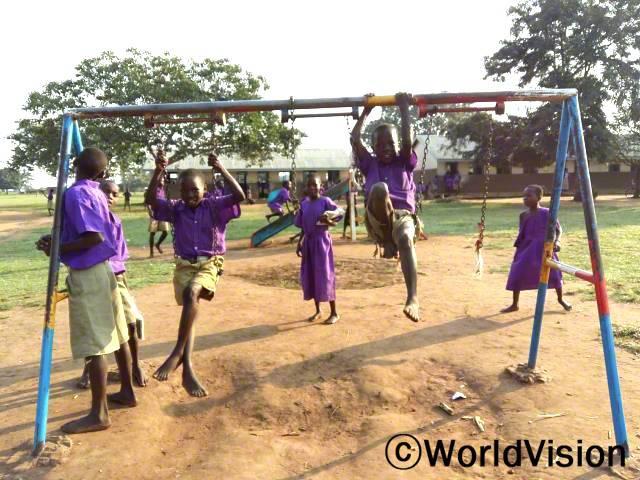 행복한 카치크레 초등학교 학생들이 몸과 마음을 상쾌하게 하기 위해 학교 체육활동에 참여한 모습입니다. 체육 장비는 월드비전이 기부하였습니다.년 사진