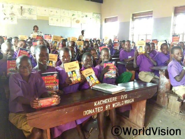 학생들이 읽고 배울수 있도록 학교에 교과서를 제공해 준 월드비전에 카치크레 초등학교 학생들이 미소로 화답하고 있습니다.년 사진