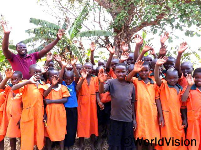 우간다 카총카 지역개발사업장 팀장인 패트릭 오모잇 에모콜과 함께 있는 아동들입니다.년 사진