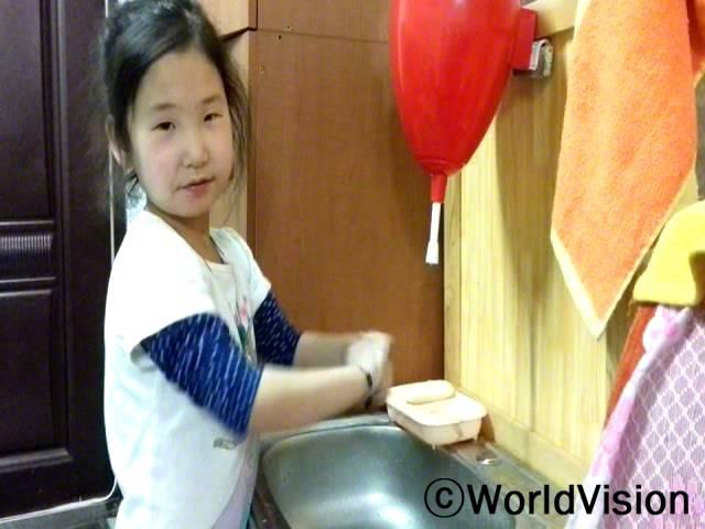 아동들이 복통과 간염에 시달리는 경우가 많았어요. 하지만 손을 깨끗이 씻고나서부터는 전염병에 걸리지 않았어요. 건강을 위해서 손씻기는 굉장히 중요하고 엄마께서 손 씻는 것을 도와주세요. -아즈아(5세)년 사진