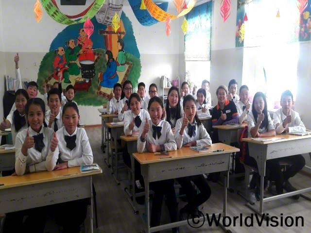 몽골 투브 지역개발사업장 팀장 간간바이갈 낫사그 씨와 지역사회 아동들의 모습입니다.년 사진