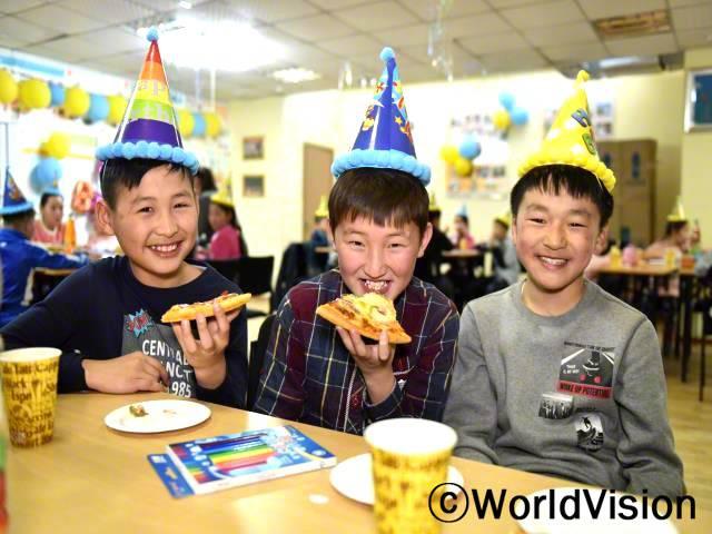 제 인생에 있어서 가장 최고의 생일파티였어요. 예전에는 생일날도 그냥 평범한 날들처럼 넘어갔었거든요. 이번 년도에는 월드비전이 제 생일잔치를 열어줬어요. 친구들과 함께 축하하며 이렇게 기쁨을 나눌 수 있어 정말 행복해요.  -울라카(12세, 가운데 있는 아동)년 사진