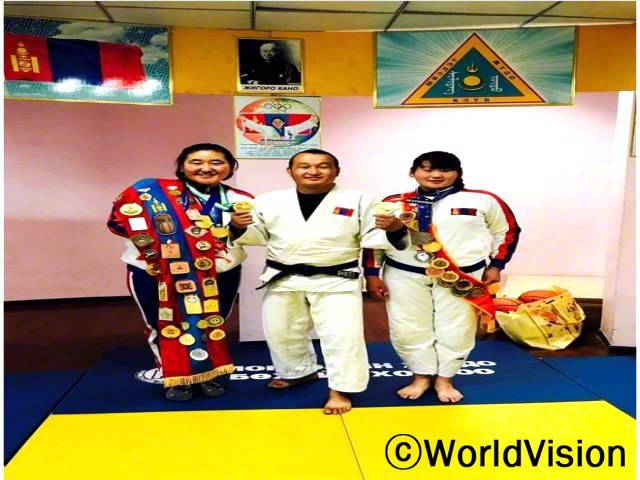 유도 그룹 코치 자야 씨(가운데)는 노미오와 부르네가 메달을 따게 되어 기뻐요.년 사진