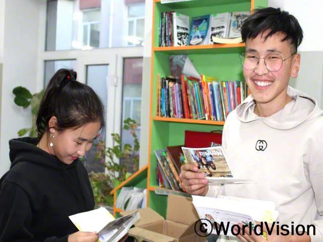 투르밧(17세)은 성실한 학생이지만 소극적이고 수줍음이 많았습니다. 지역 사회복지사는 그의 문제점을 발견하고 상담을 진행했습니다. 상담 후 그는 아동 발달 프로그램에 참여하면서 자신의 생각을 말로 하거나 글로 써서 표현하는 방법을 배울 수 있었습니다.년 사진