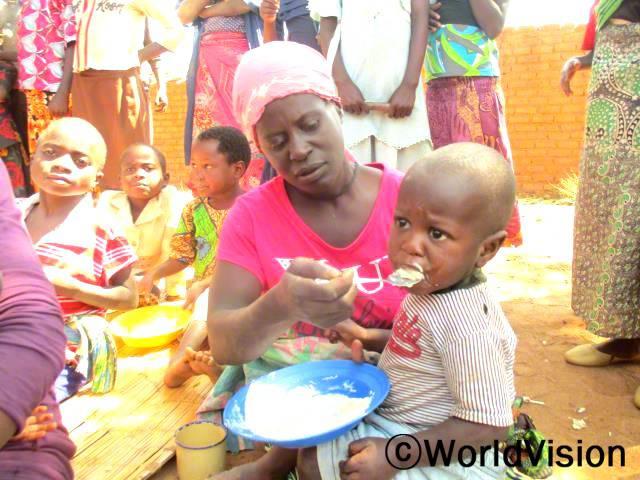 아기에게 수유하는 방법과 아이의 건강을 유지시키는 데 도움이 되는 영양이 풍부한 음식을 만드는 법을 배웠어요. -마리타(모자그룹 멤버)년 사진