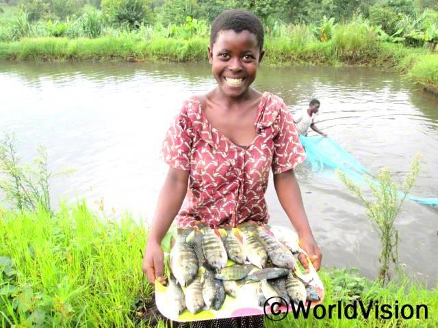 양식업이 가계에 도움이 많이 됐어요. 할아버지께서 물고기를 잡아 저희가 먹기도 하고 팔기도 해요. 이제 새 학용품을 살 수 있는 돈이 생겼어요. -데보라(14세)년 사진
