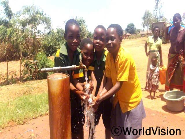 월드비전의 물, 위생시설 그리고 위생 프로젝트의 일환으로 지역사회 마을과 학교에 수돗가를 만들었습니다.