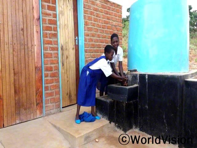 깨끗한 물이 흐르는 여학생들이 사용하기 편리한 화장실이 학교에 생긴 이후로 학교에 가는 게 편해졌어요. -레나(10세, 3학년). 월드비전은 물, 위생시설 그리고 위생 프로젝트의 일환으로 학교에 여학생들이 사용하기 편리한 화장실을 지원했습니다.년 사진