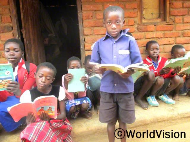 지역사회 독서 캠프에서 서로 읽기 쓰기를 도와주면서 저희 읽기 쓰기 실력이 많이 늘었어요. 학교가 끝난 오후면 독서캠프에 가요. -안토니(10세)년 사진