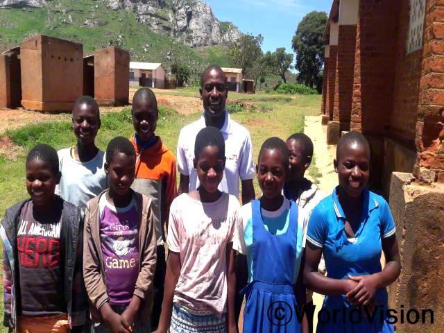 말라위 쳇사 지역개발사업장 팀장 글래드슨 차타이카 씨와 지역사회 아동들입니다.년 사진