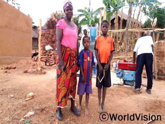 엄마 패트리샤(분홍 상의)는 대출 받은 돈으로 옥수수 빻는 기계를 산 후, 자녀들의 필요를 잘 채울 수 있게 되었어요.년 사진