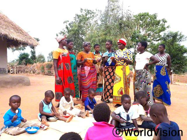 월드비전이 주민들을 대상으로 마을에서 아이들을 먹이는 방법에 대해 교육을 진행해줬어요. 이제 아이들도 잘 먹이고 다른 주민들에게도 아이들 먹이는 방법을 알려줄 수 있어요. 에신타 (32세, 왼쪽에서 세 번째 서 있는 사람)년 사진