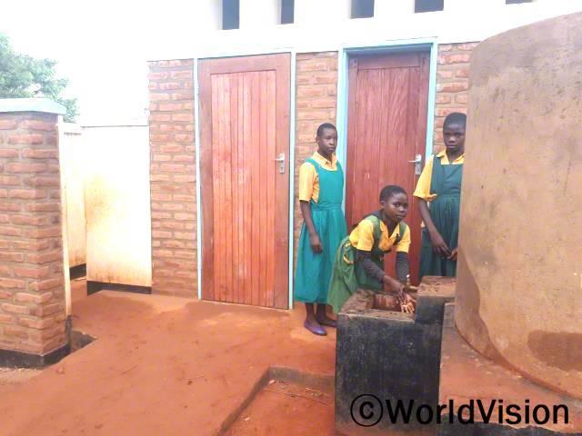이제 건강이나 위생에 대한 걱정 없이 매일 등교한답니다. 셀리나, 페이스, 엘리자(13세, 14세)가 새로 지어진 여자화장실을 이용한 후 손을 씻으며 말했습니다. 월드비전은 지역사회 초등학교 여자화장실 5곳을 새로 지었습니다.년 사진