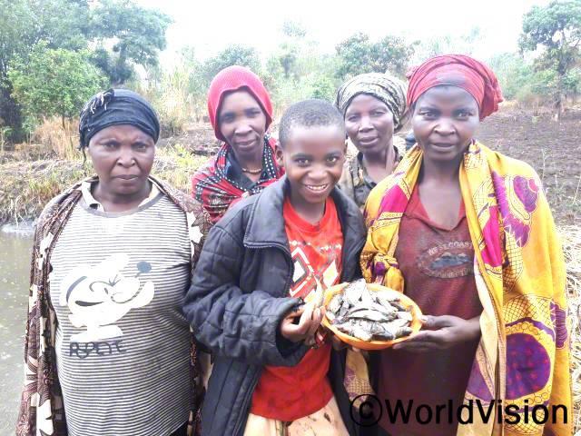 생선을 먹으면서 건강도 좋아지고 참 기뻐요. 칼리예카(13세, 가운데 빨간 옷을 입은 아동)가 말했습니다.