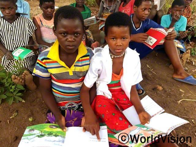 월드비전에서 마을에 이렇게 독서캠프를 열어줘서 참 감사해요. 독서캠프에 참여하기 전까지만 해도 읽고 쓸 줄 몰랐는데, 이제는 영어와 우리나라 말을 읽고 쓸 수 있게 되었어요. 프리스카 (11세, 오른쪽 흰옷을 입은 아동)년 사진